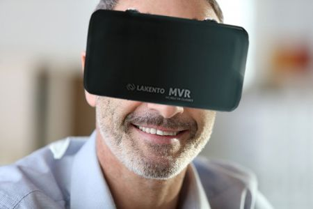 Padre con gafas de realidad virtual